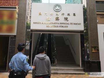 警察官に対する贈賄などの罪で送検される中国本土出身の密航者の男(写真:マカオ治安警察局)