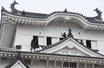 国宝の姫路城で、すす払いをする陸上自衛隊員ら=18日午前、兵庫県姫路市