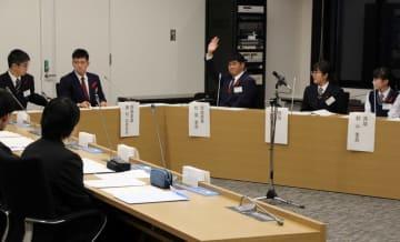 農業振興策について意見を出し合う高校生=県議会委員会室