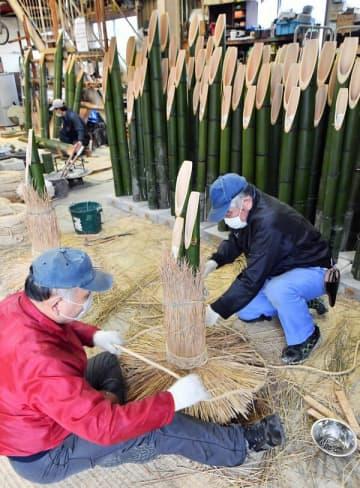 最盛期を迎えている門松作り=17日午後2時、宇都宮市泉町