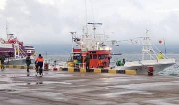 国後島の古釜布に連行された日本の漁船=18日(サハリン・インフォ提供、共同)