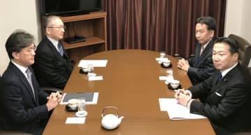 会談する立憲民主党の枝野代表(右奥)と連合の神津里季生会長(左奥)ら=18日午前、東京都内