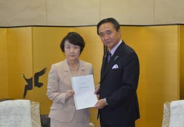 予算要望書を黒岩知事(右)に手渡す林市長=神奈川県庁