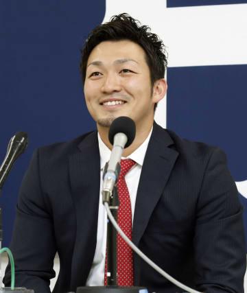 契約を更改し、記者会見する広島の鈴木=18日、マツダスタジアム