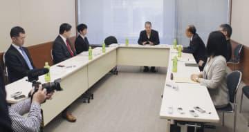 東京都内で開かれた「万国津梁会議」の3回目の会合で、あいさつする柳沢協二委員長(中央)=18日