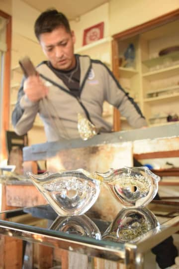 伊藤さんが制作するネズミのガラス置物(八幡市橋本・「SUN GLASS STUDIO KYOTO」)