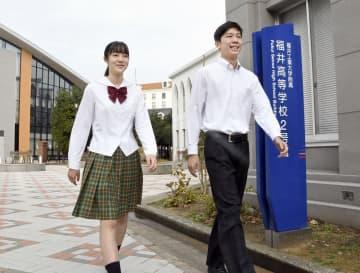 福井工大福井高校の夏用の新たなスカートとシャツを着て披露する生徒=12月17日、福井県福井市の同校
