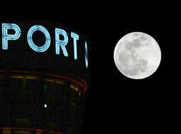 2019年1月の満月「スーパーウルフムーン」=2019年1月21日、神戸市中央区から