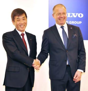提携を発表した、いすゞ自動車の片山正則社長(左)とボルボのマーティン・ルンドステット最高経営責任者=18日午後、東京都港区