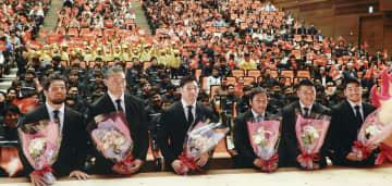 母校の帝京大で開かれたラグビーW杯報告会で、学生らと写真に納まる(左から)堀江、ツイ、中村、流、坂手、松田=18日、東京都八王子市