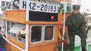 ロシア当局の臨検を受け国後島に連行された北海道根室市内の漁協所属の漁船(ロシア国境警備局提供)