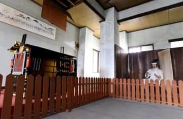 「城主」の人形やかごなどの展示物が残る尾道城内部