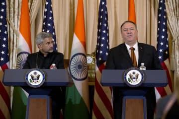 協議後にインドのジャイシャンカル外相(左)と会見するポンペオ米国務長官=ワシントン(AP=共同)