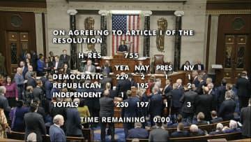 18日、トランプ米大統領の弾劾訴追決議案を賛成多数で可決した下院の様子を伝える、米議会テレビの映像=ワシントン(同議会提供、AP=共同)