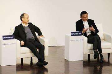 仲むつまじげに対談する孫正義氏(左)とジャック・マー氏=6日、安田講堂で(撮影・友清雄太)