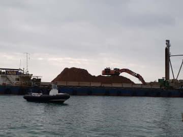 台船上で土砂を積み替える作業が行われた名護市辺野古の米軍キャンプ・シュワブ沿岸「K9」護岸=19日午前