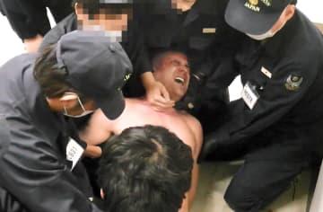 国側が東京地裁に提出した、入管職員がデニズさんを制圧する様子(原告側弁護士提供)