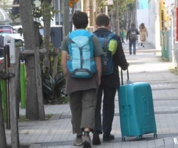 都市では裏通りにも外国人旅行者の姿が……