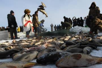 雪原の湖で冬の漁 内モンゴル自治区