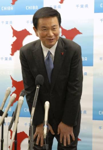 災害対策本部設置中の私用外出について謝罪する千葉県の森田健作知事=20日午後、千葉県庁