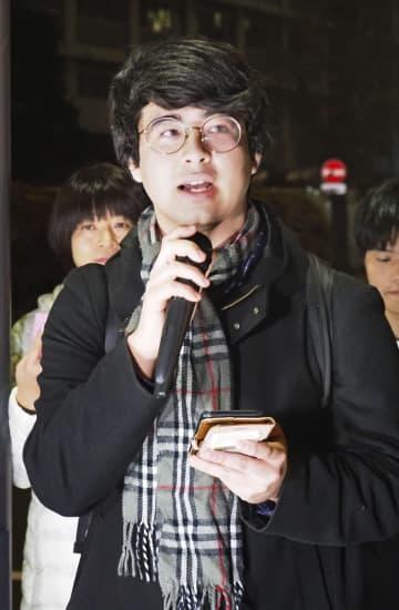 記述式問題の導入見送りが決まった大学入学共通テストを巡り、文科省前で問題点を訴える東京都の高校2年の男子生徒=20日午後