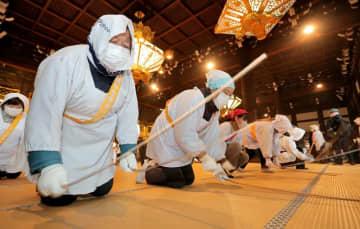 畳をたたいてほこりを払う人たち(20日午前7時9分、京都市下京区・西本願寺)