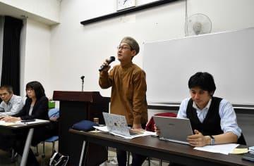 団体の目的を説明し、参加者に協力を呼び掛ける長谷川さん(中央)=川崎市中原区の市総合自治会館