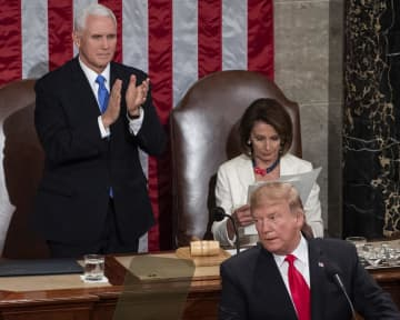 一般教書演説でのトランプ米大統領(手前)とペロシ下院議長(奥右)=2月5日、米ワシントン(UPI=共同)