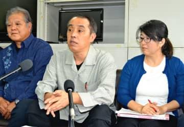反対派住民への名誉毀損訴訟は不当だとして、反訴の意義を強調する竹富島を守る会の阿佐伊拓会長(中央)ら=県庁記者クラブ