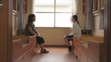 映画「記憶」の中で中村監督が少女にインタビューする場面(記憶製作基金事務局提供)