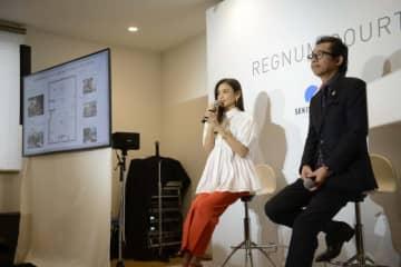 モデルの滝沢眞規子さん(写真中央)がハウジングステージ新宿展示場の「REGNUM COURT」のモデルルームをホームパーティ仕様にスタイリングした