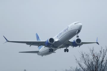 米ワシントン州の空港を離陸するユナイテッド航空のボーイング737MAX=11日(AP=共同)