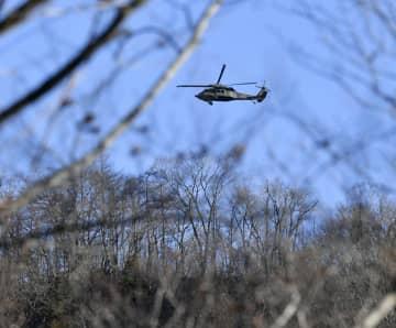ワクチンを空から散布するヘリコプター=20日午後2時35分、日光市足尾町