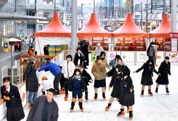 リンクでスケートを楽しむ来場者=12月20日、福井県福井市のハピテラス