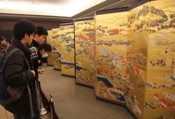 デジタル想定復元された「大坂冬の陣図屏風」に見入る来場者=パシフィコ横浜