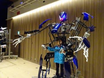 人気を集めた外骨格ロボットの操縦体験=大和市文化複合施設シリウス