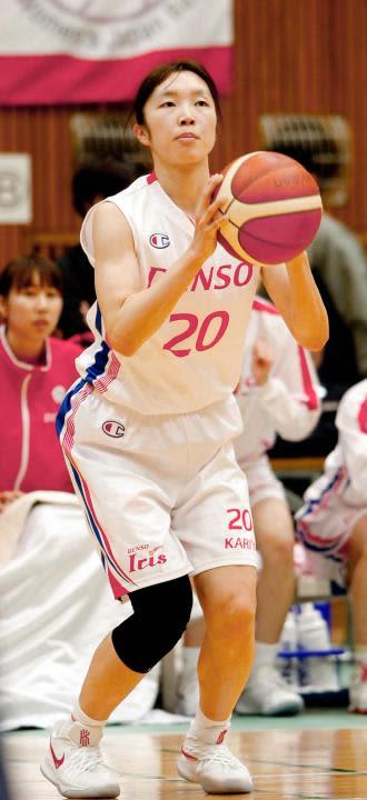 【新潟―デンソー】第4クオーター、フリーでボールを受けシュートを狙う近藤楓=今治市営中央体育館