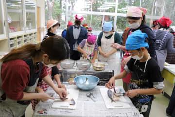 「お魚教室」でアジの三枚おろしに挑戦する子どもたち=松浦市立星鹿小