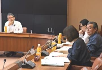 自立を目指した沖縄21世紀ビジョン基本計画の総点検の基本方針をまとめる県振興審議会総合部会。左は部会長の大城郁寛琉球大学教授=11月22日、県庁