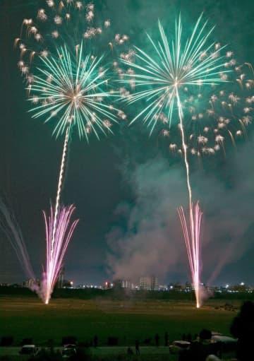 冬の夜空を彩る花火=21日午後6時10分、足利市の渡良瀬川河川敷