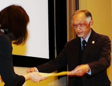 表彰状を受け取る受賞者=21日、鳥取市の県立博物館
