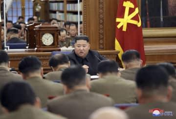 朝鮮労働党の中央軍事委員会拡大会議に出席した北朝鮮の金正恩党委員長(奥)。朝鮮中央通信が22日報じた(朝鮮通信=共同)