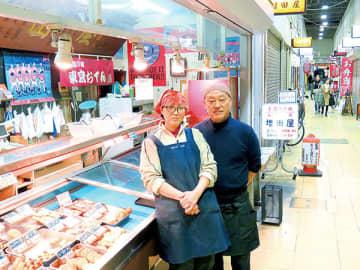「浦和にレッズが来てから街が大きく変わった。皆さんに支えられ、どれも良い思い出ばかり」と話す高畑さん夫妻=さいたま市浦和区