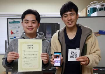 QRコードを利用した室内案内アプリを開発した岸本さん(左)と和田さん=長崎大工学部