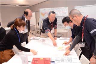 地図を広げて災害時の課題を洗い出す参加者