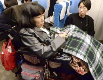 新幹線を試乗して車いす用スペースを確認する木村英子氏=1日、東京都内