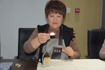 餃子型のボタン作り冬至を迎える 天津市の伝統衣装老舗