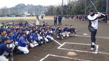 小学生たちにバッティングを解説し指導する秋山選手=横須賀市の不入斗公園