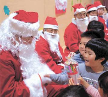 サンタと楽しいひとときを過ごした子どもたち