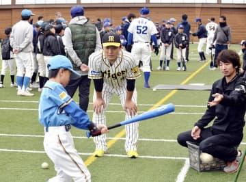 子どもたちにアドバイスする元阪神の高橋聡文さん(中央)=12月22日、福井県高浜町の青葉ふれあいドーム